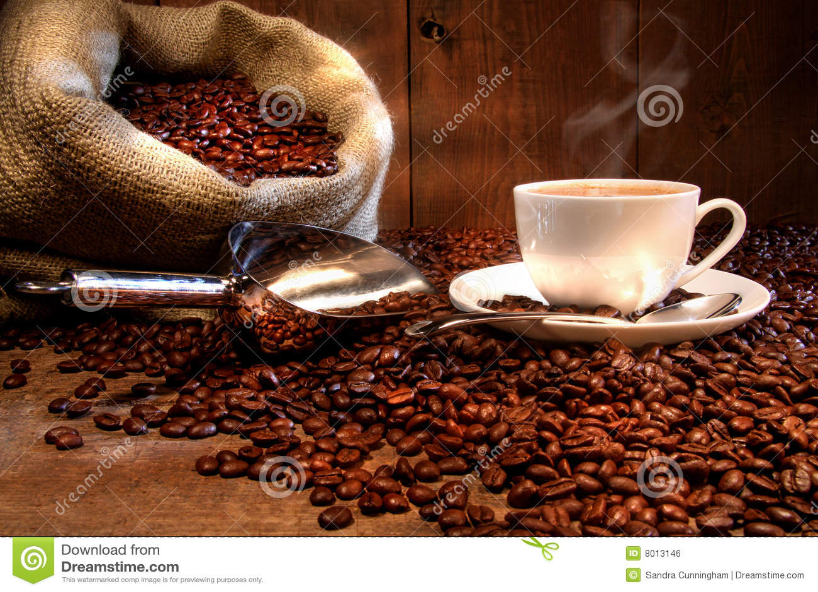 Taza de café con el saco de la arpillera de habas asadas