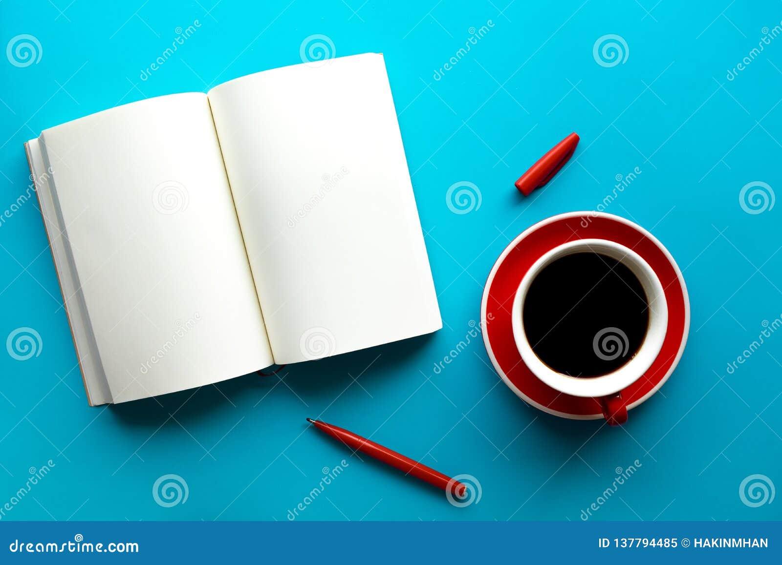 Taza de café con la libreta en blanco en la tabla de color en colores pastel ideas de la creatividad