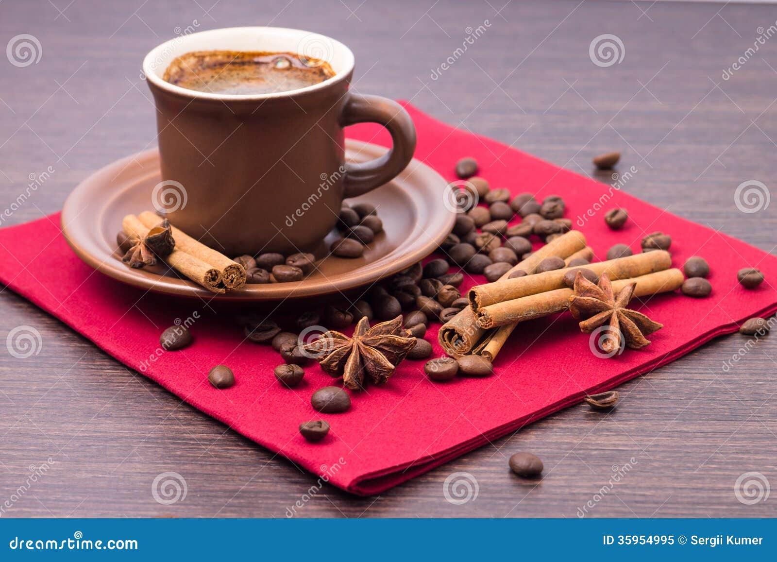 Taza de café con las especias en servilleta roja