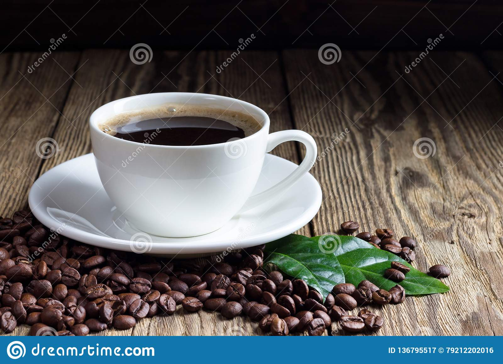 Taza de café con los granos de café