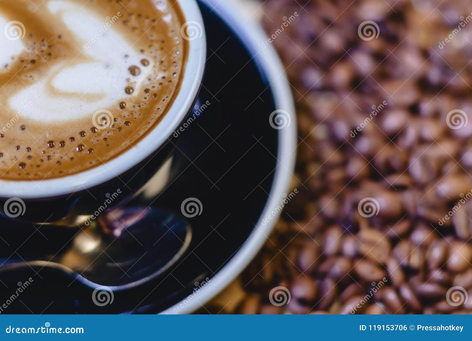 Taza de café delicioso con los granos de café