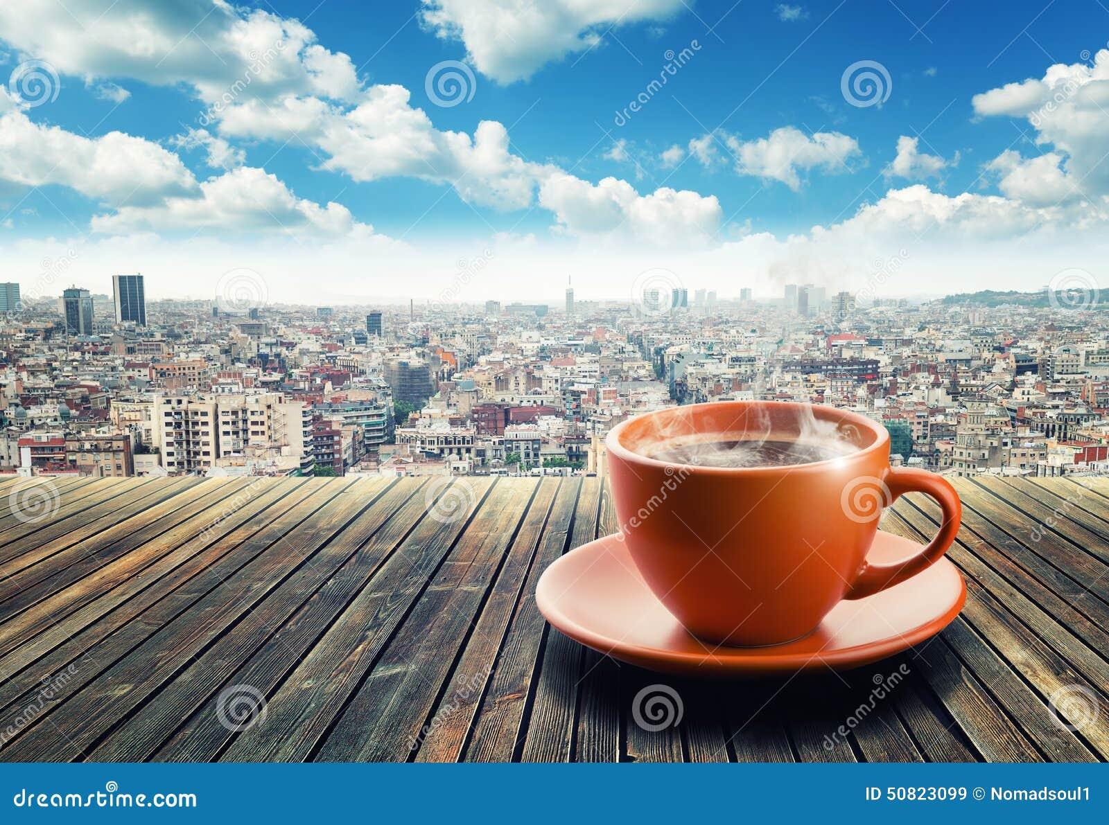 Taza de café en fondo de la ciudad