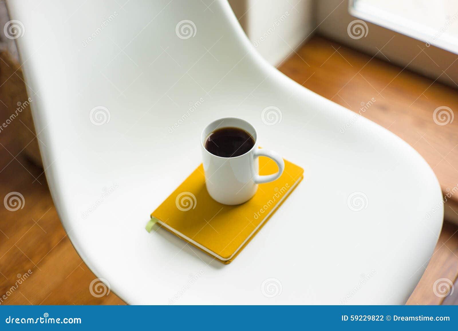 Download Taza de café en una silla foto de archivo. Imagen de amarillo - 59229822