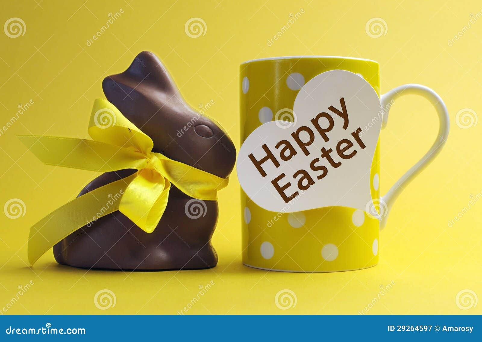 Taza de café feliz del desayuno del lunar de Pascua del tema amarillo con el conejo de conejito del chocolate