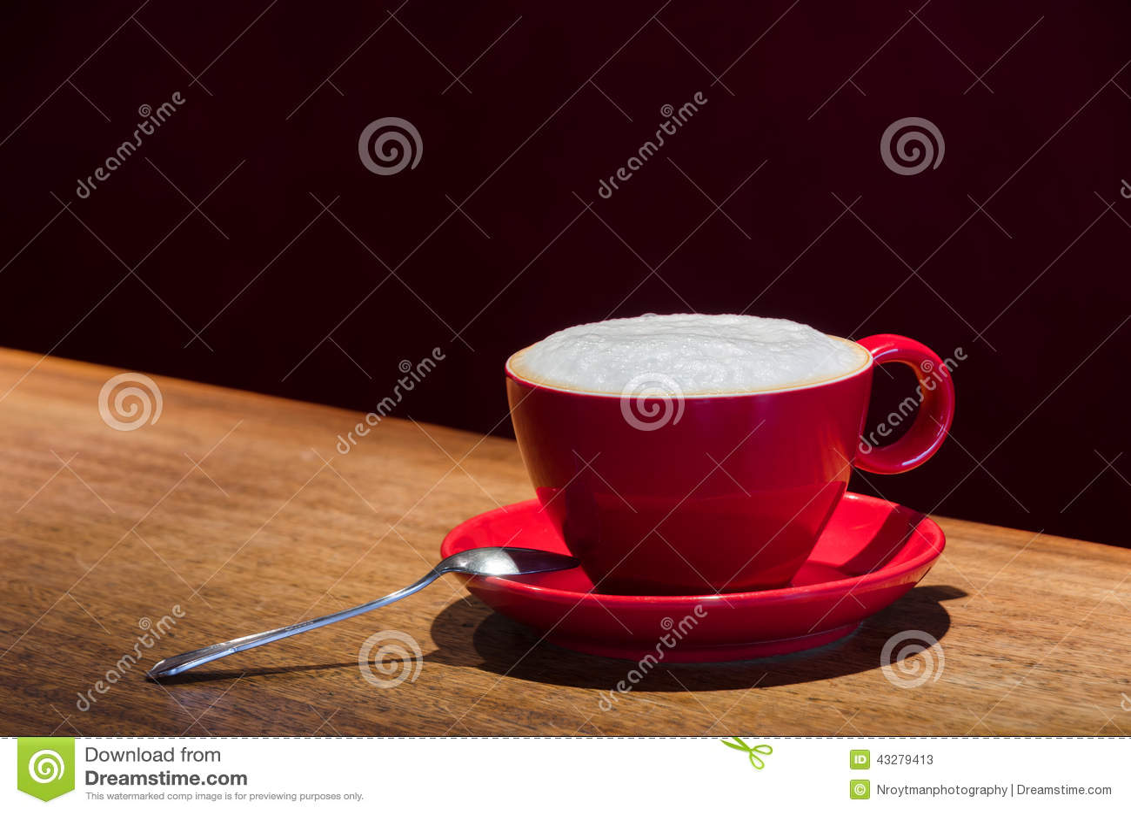 Taza De Café Roja Con Una Cuchara En La Barra Imagen de archivo ...