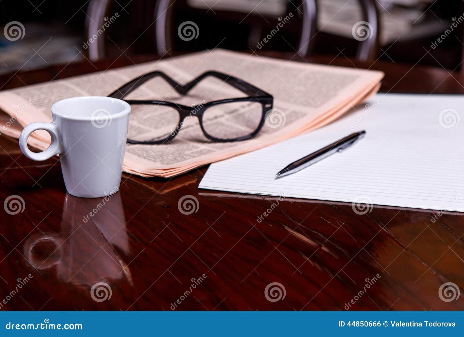 Taza de café y de periódico