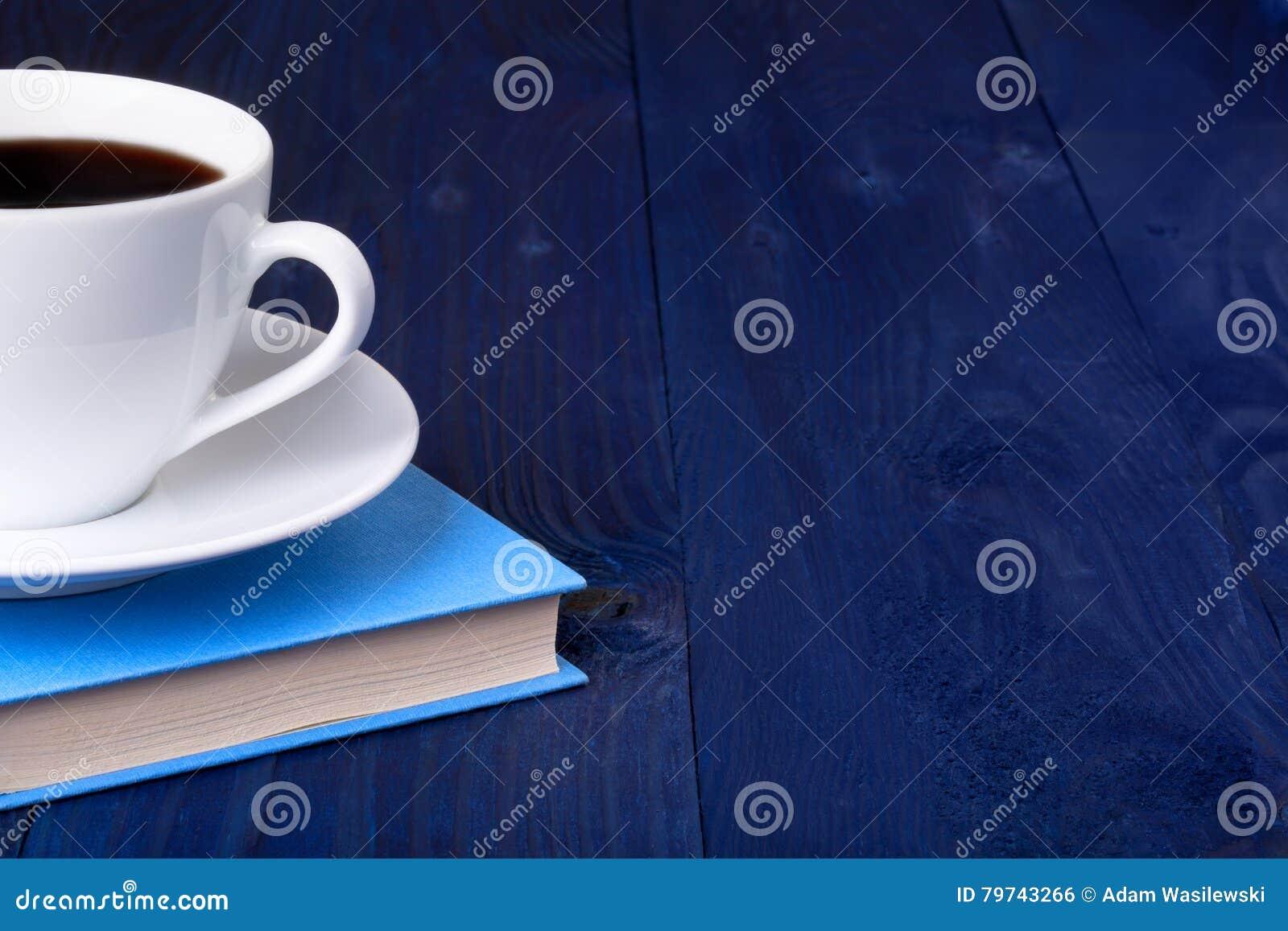 Taza de café y de un libro