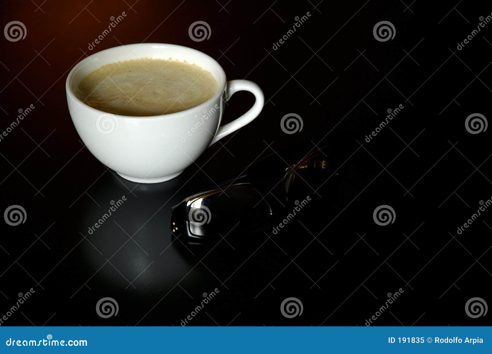 Taza de café y gafas de sol