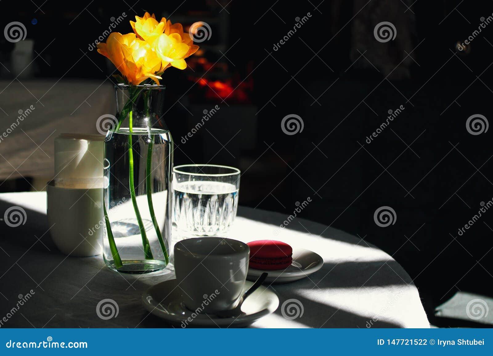 Taza de café y de narcisos amarillos