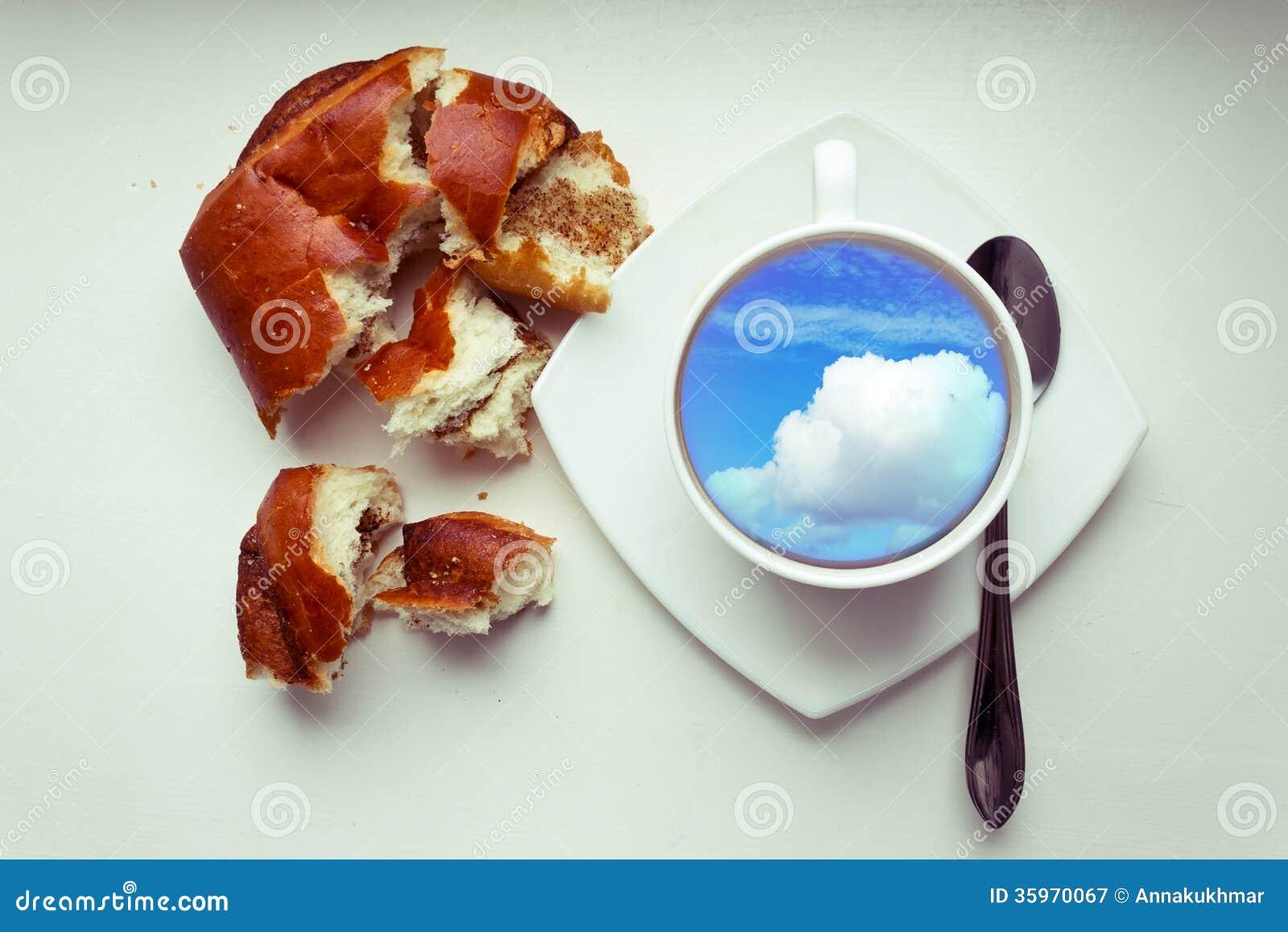 Taza de café y rollo de pan