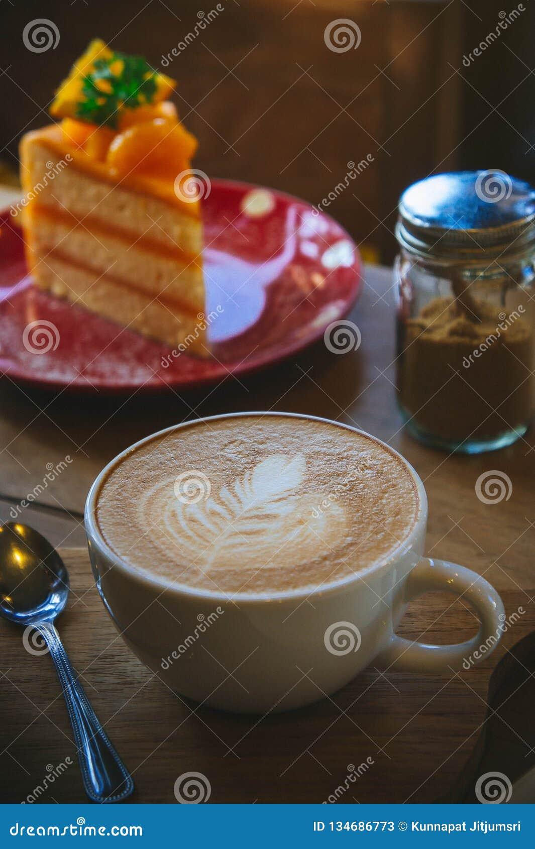 Taza de café y torta sabrosa en las ideas que esperan de la tabla de madera y del papel en blanco para, trabajo del tiempo del ca