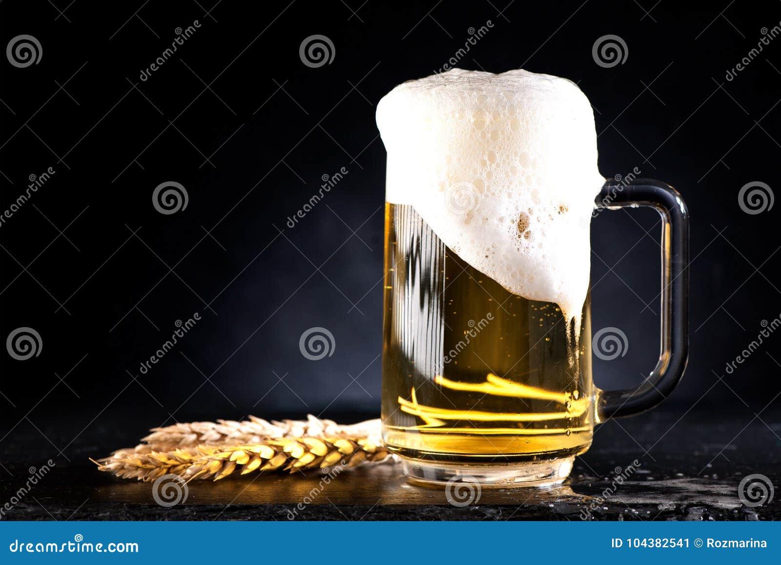 Taza de cerveza con espuma