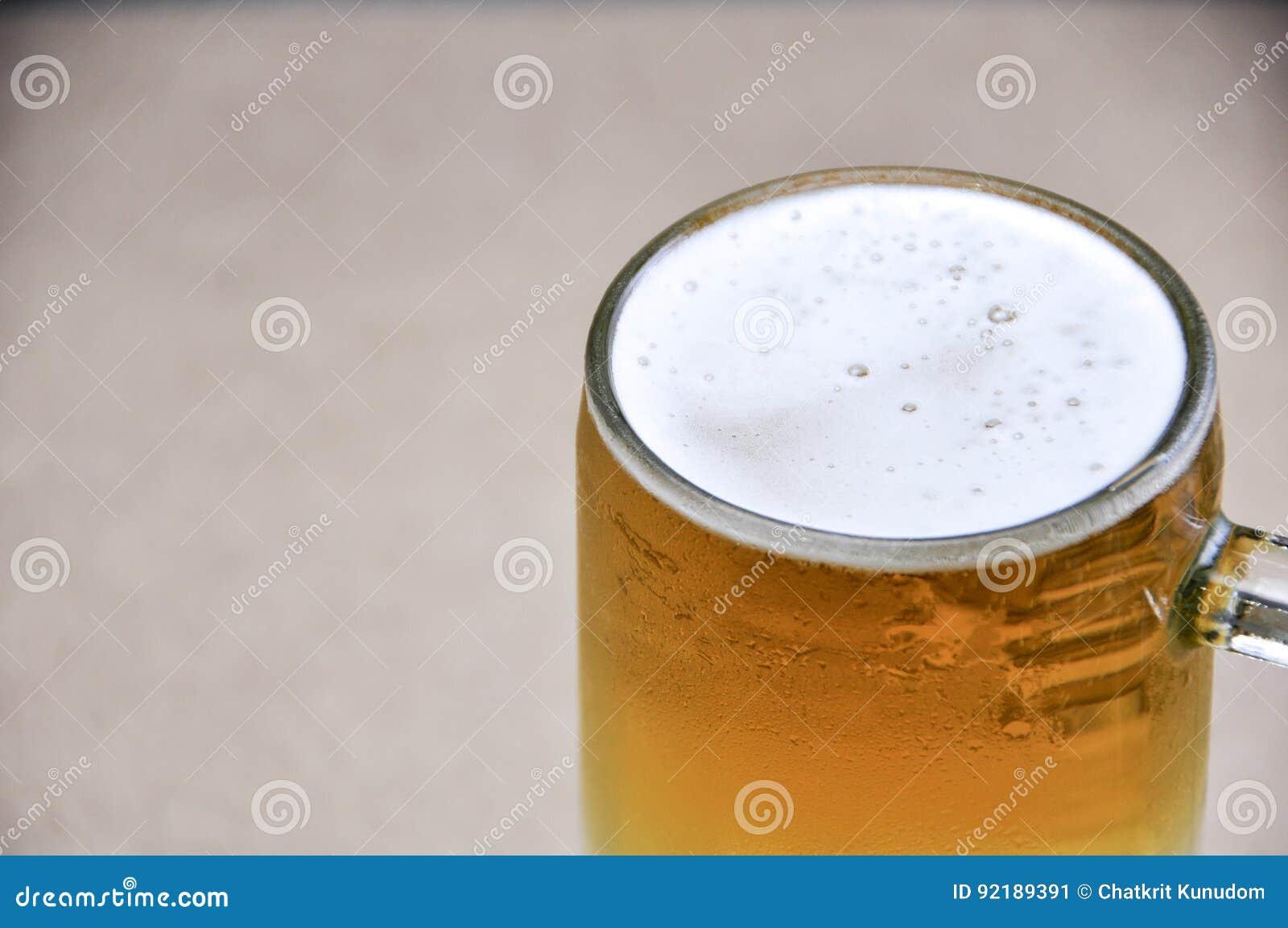 Taza de cerveza en el fondo blanco