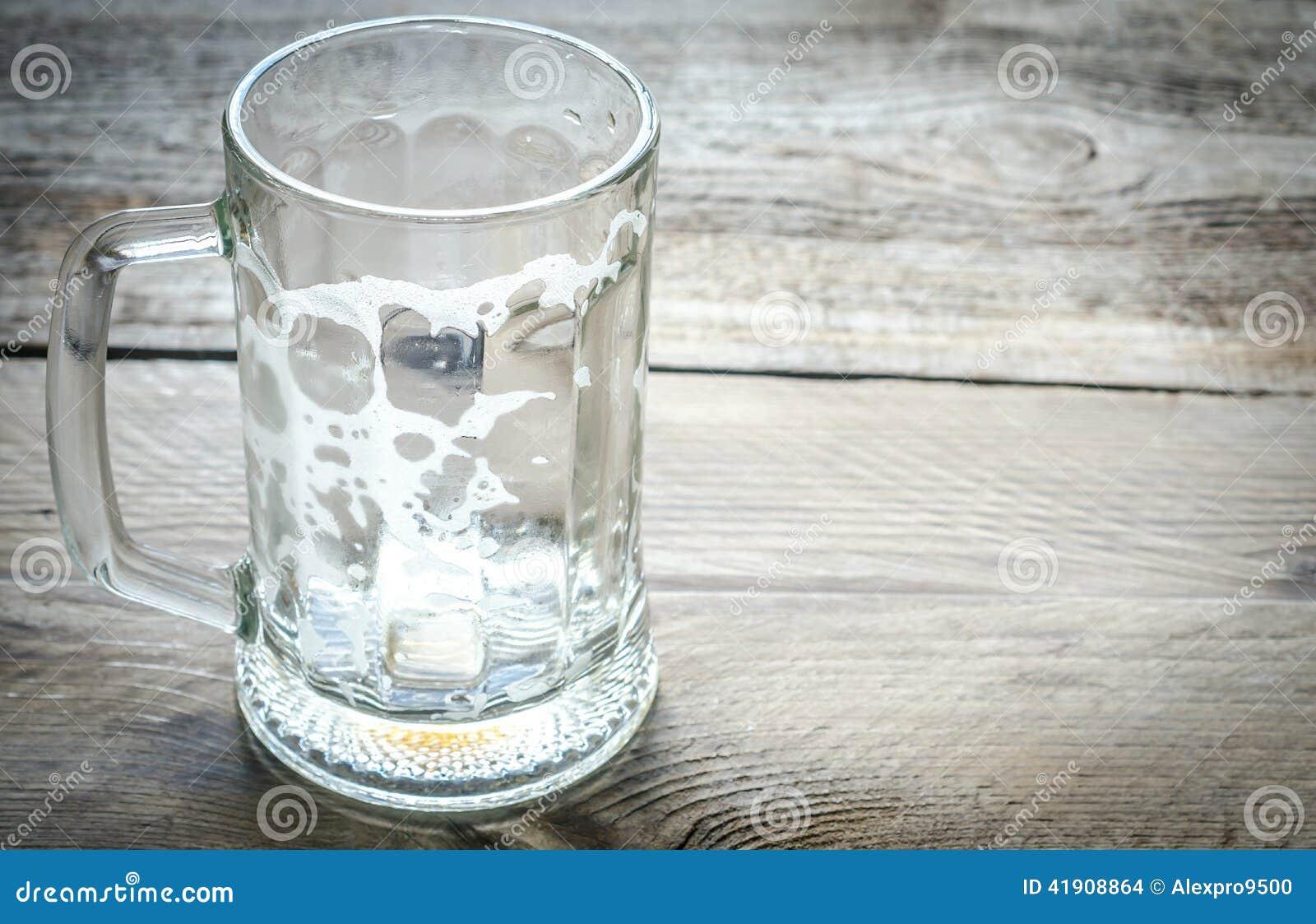 Taza de cerveza vacía