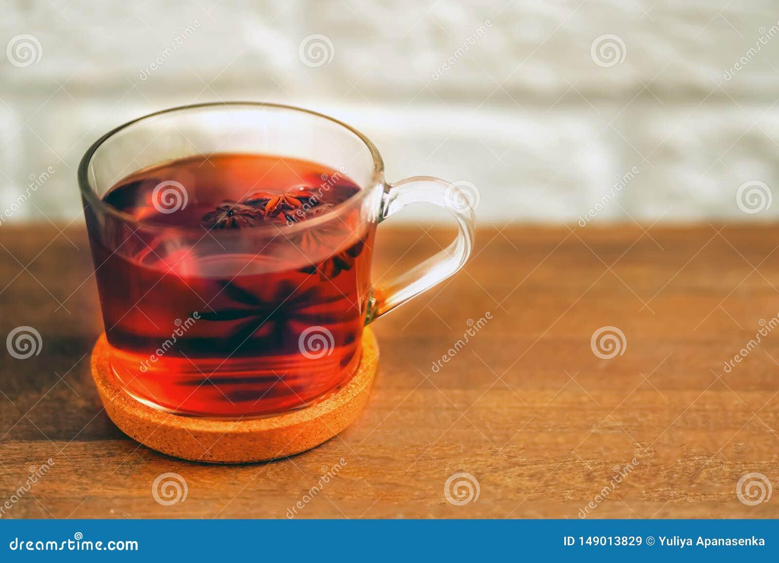 Taza de cristal de t? con badyan en una tabla