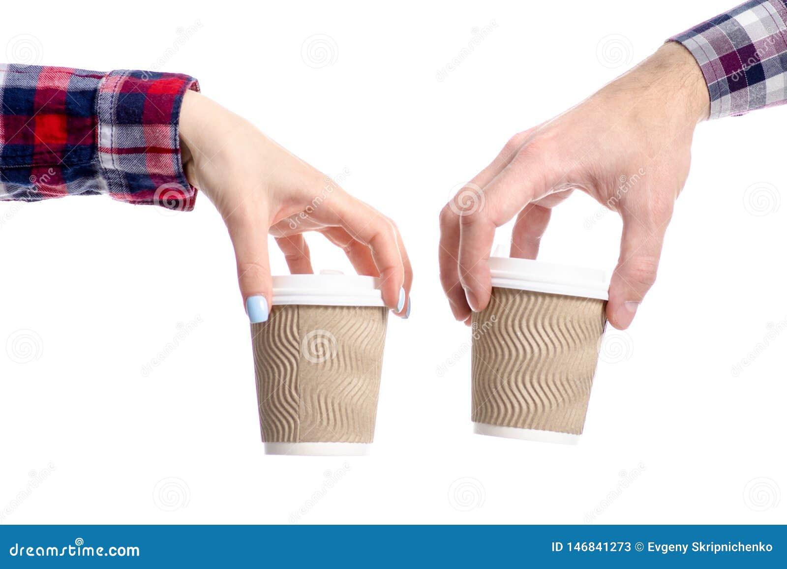 Taza de la tenencia de la mano del hombre y de la mujer de caf?