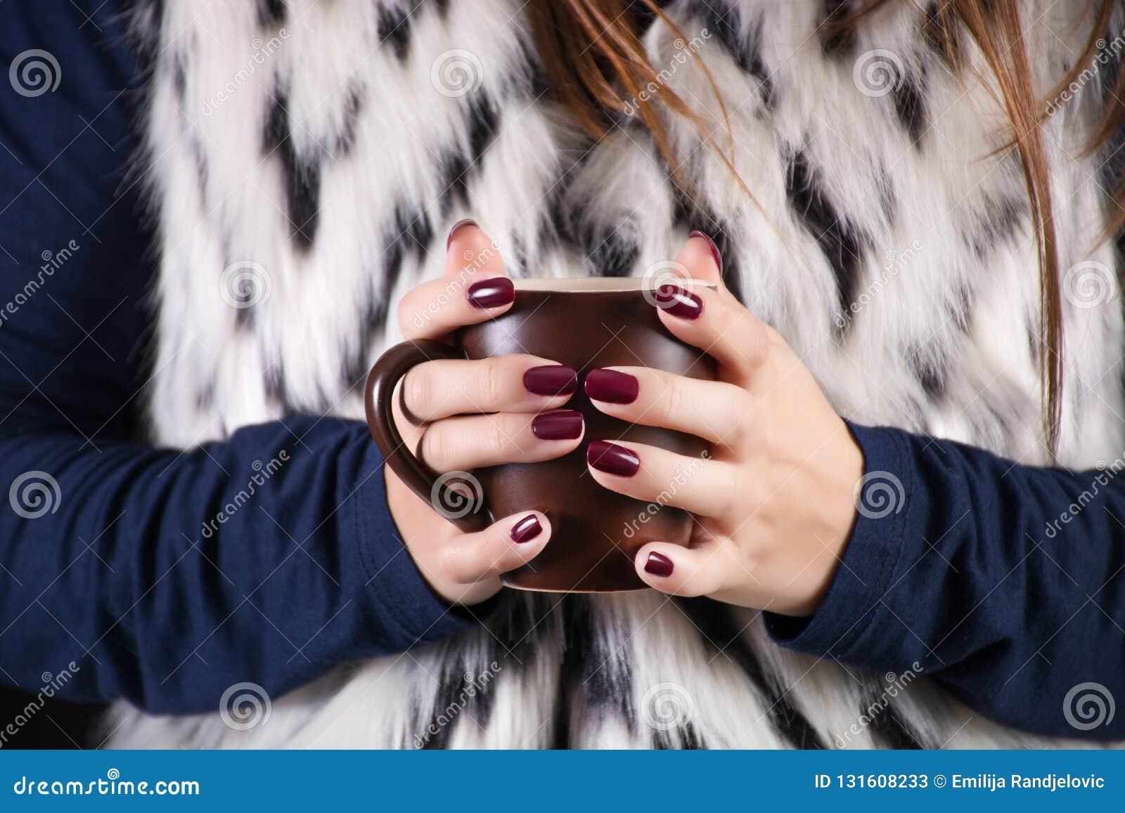 Taza De La Tenencia De La Mujer De Café A Disposición Con El