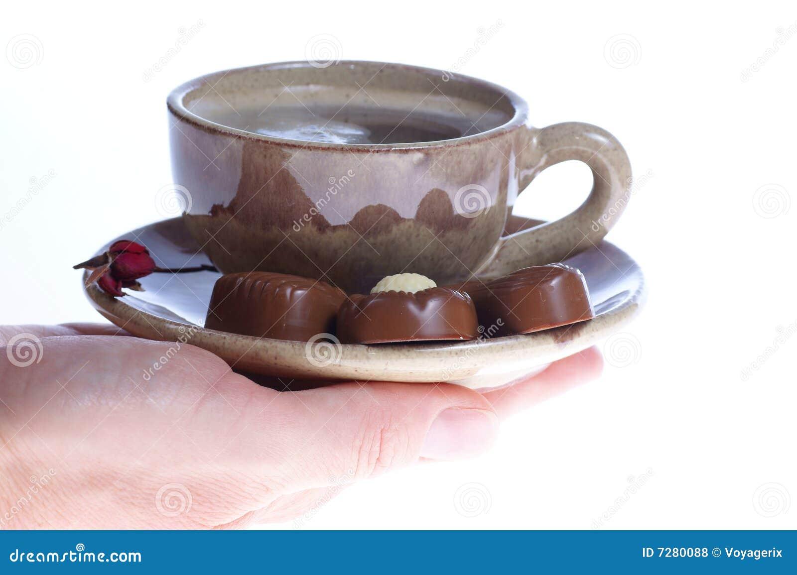 Taza de las almendras garapiñadas del chocolate con café sólo en blanco