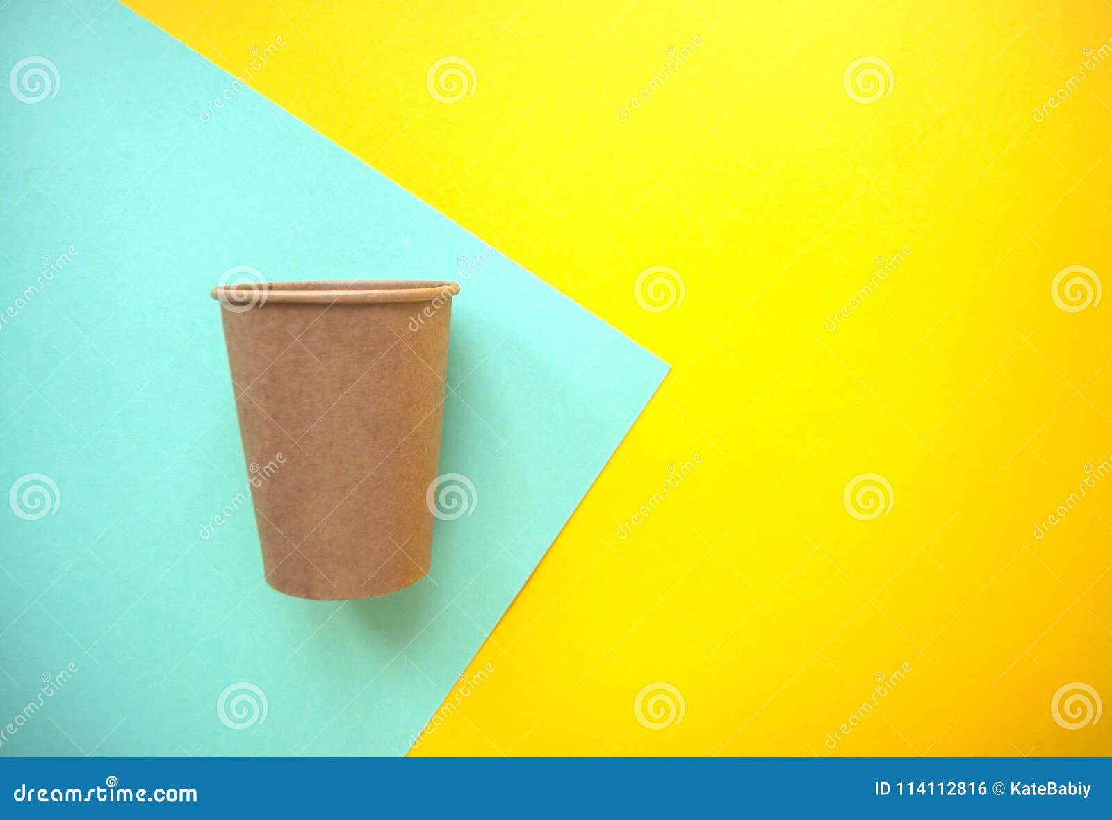 Taza de papel en fondo brillante del color
