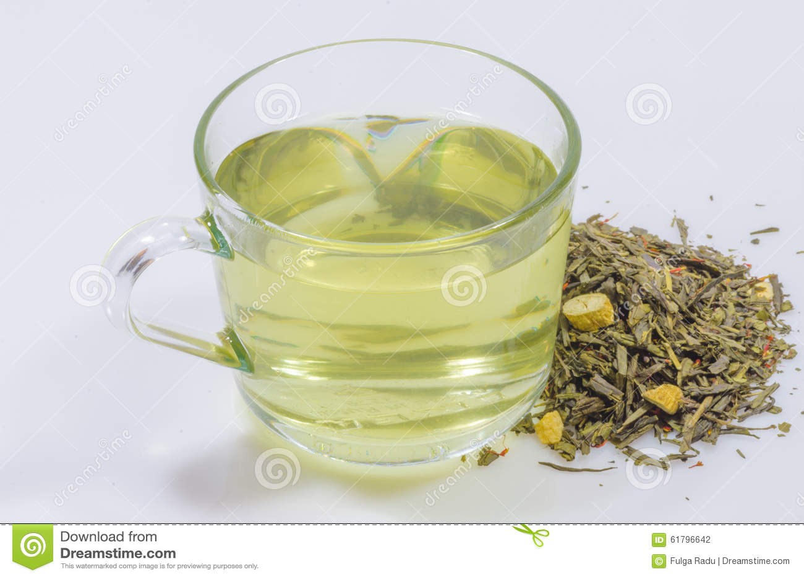Taza de pedazos del ginseng de la pizca del té verde