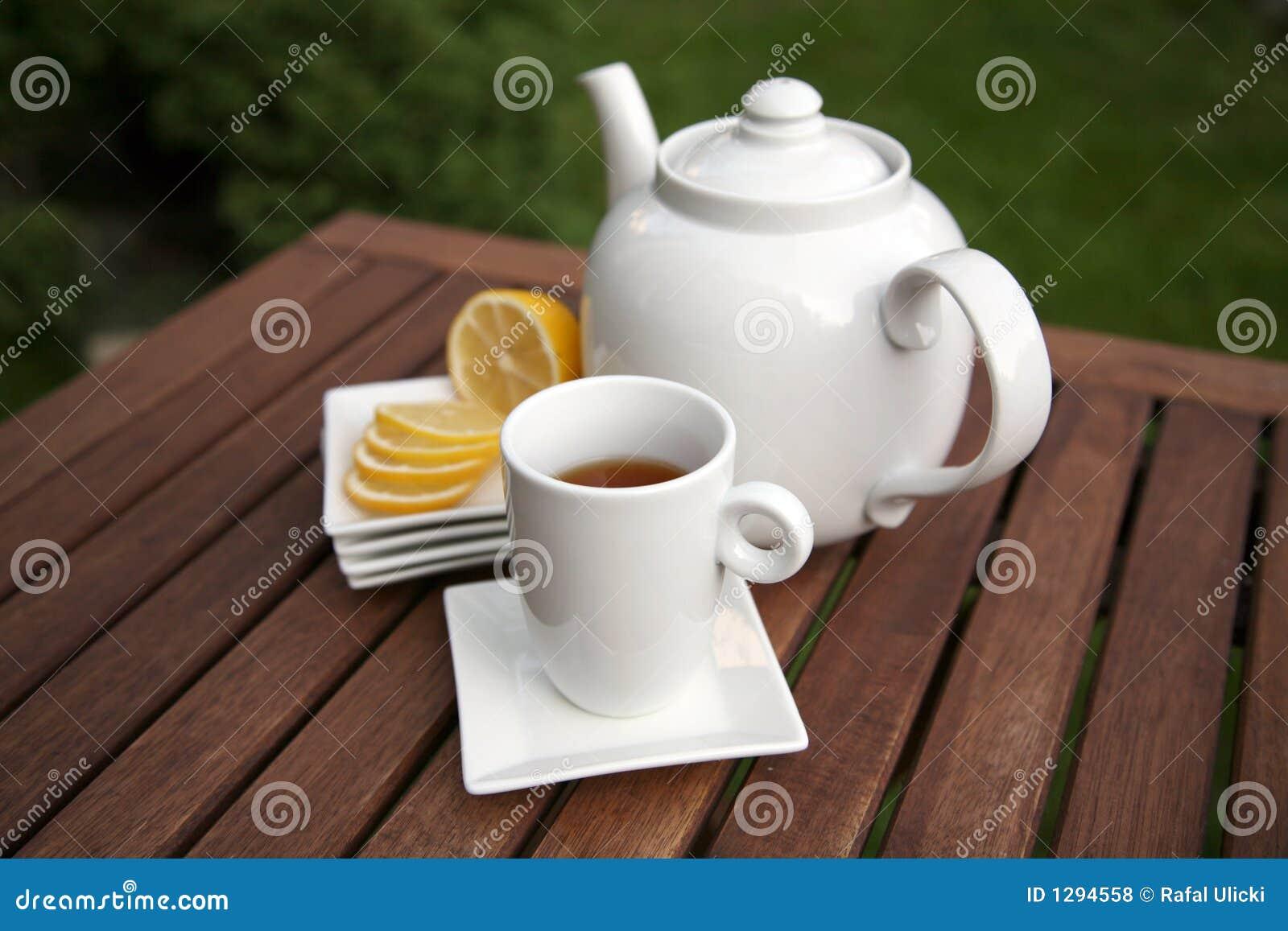 Taza de rebanadas y de tazón de fuente del limón del té