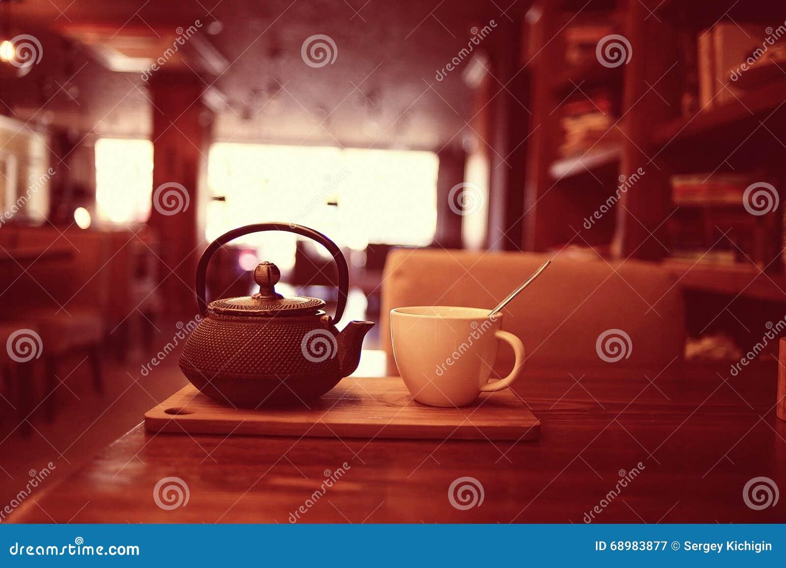 Taza de té borrosa del café del fondo
