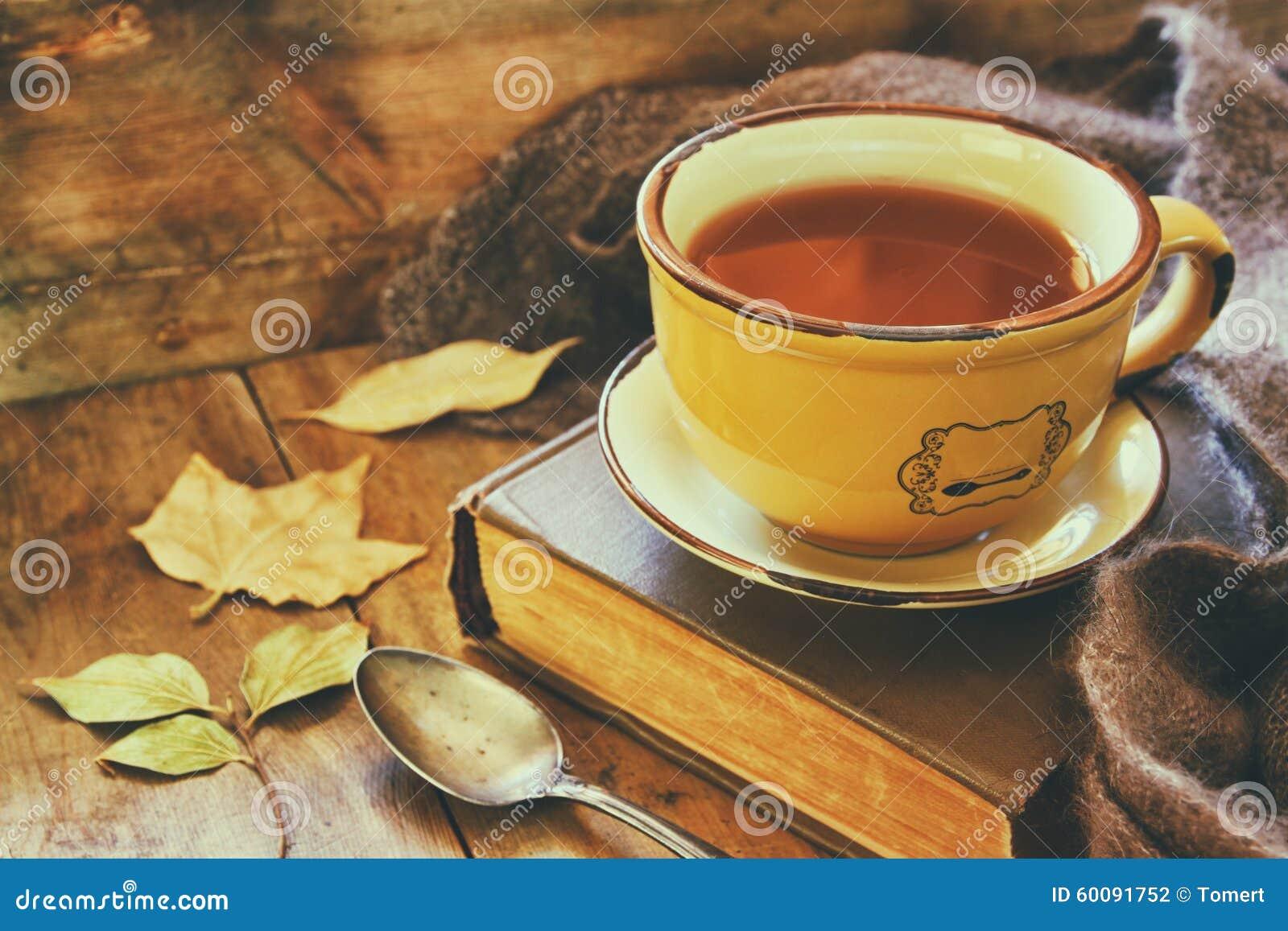 Taza de té con el libro viejo