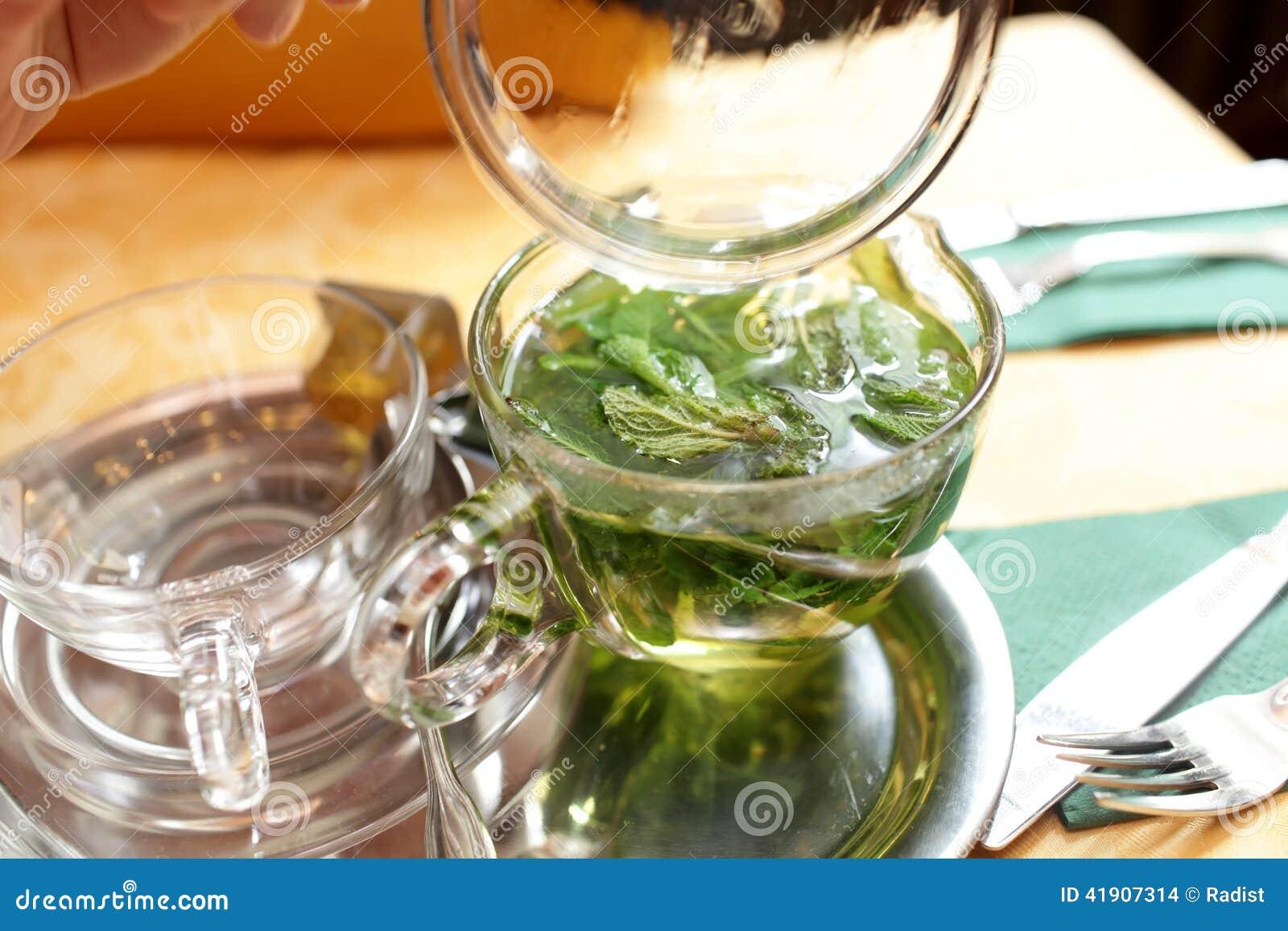 Taza de té de la menta en una tabla