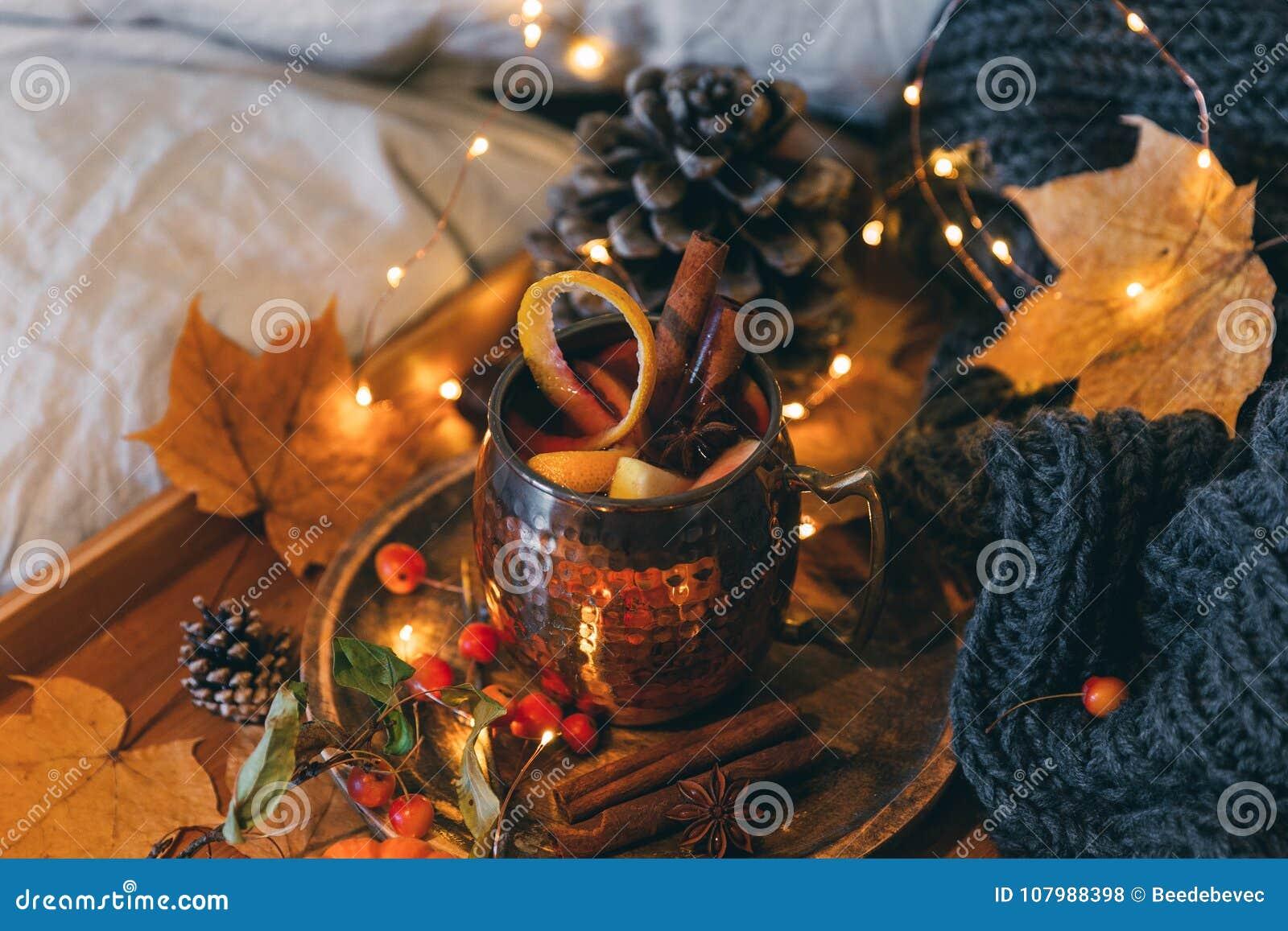 Taza de té picante caliente con anís y canela Composición del otoño