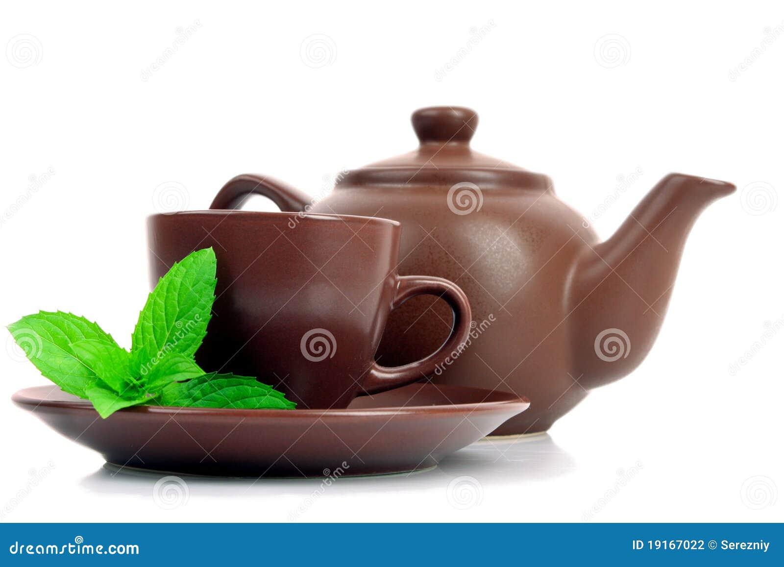 Taza de té verde en el platillo con la menta