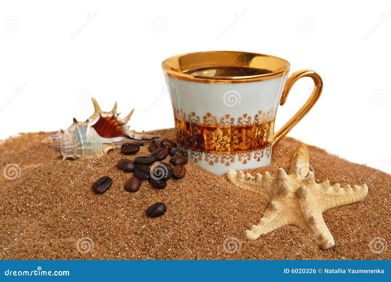Taza del oro con café