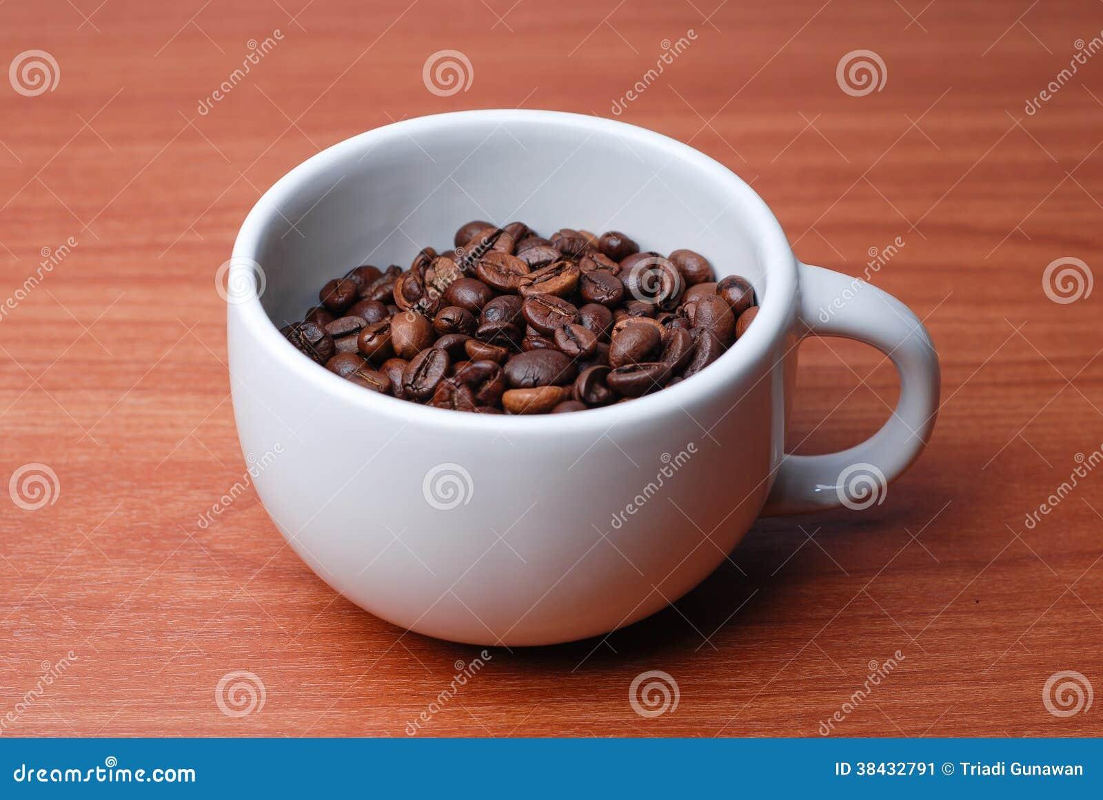 Taza grande llena de grano de caf imagen de archivo for Tazas grandes