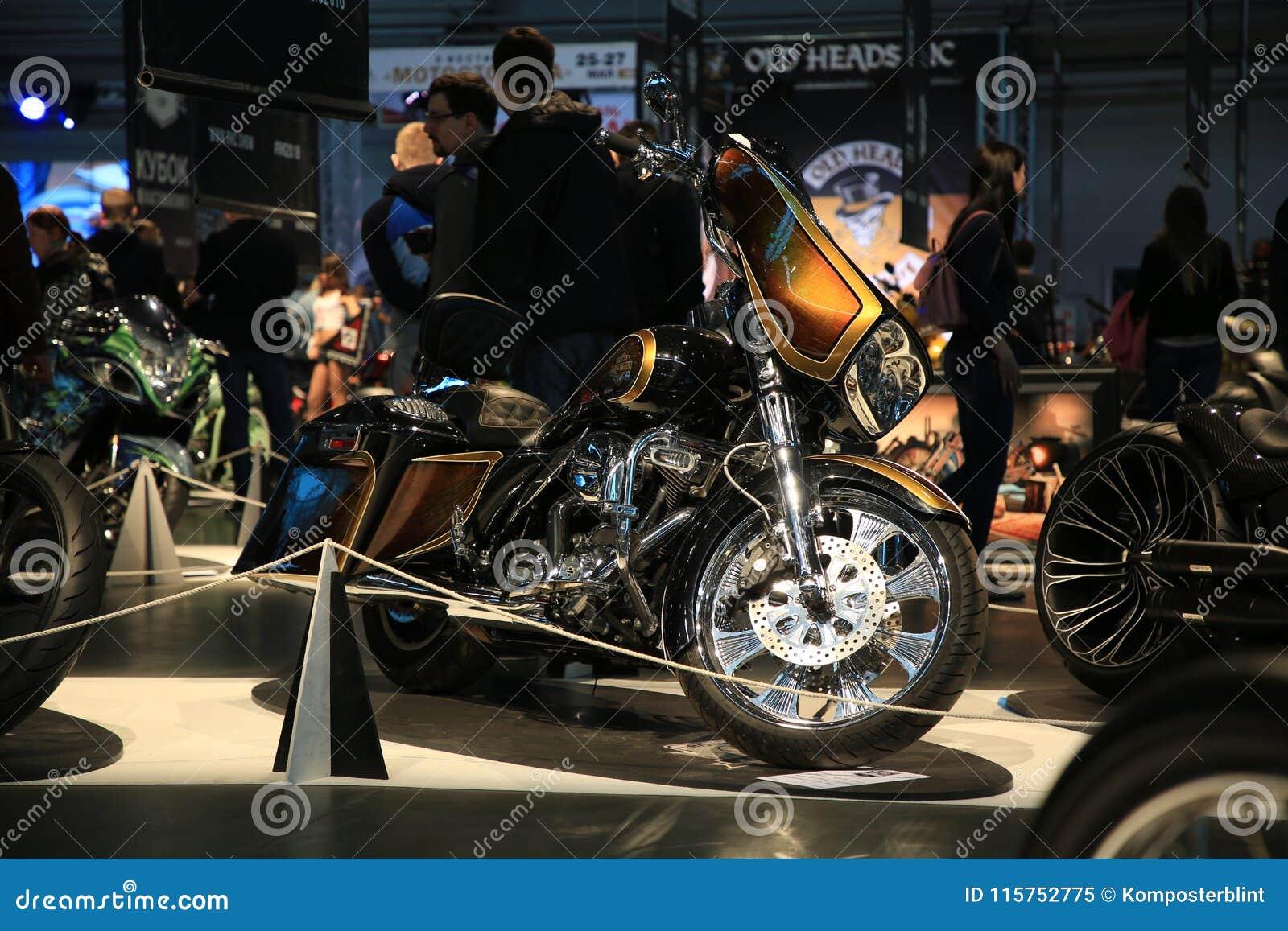 Taza Handbuilt ruso 2018 Las motocicletas de encargo se colocan en la exposición en luz oscuro