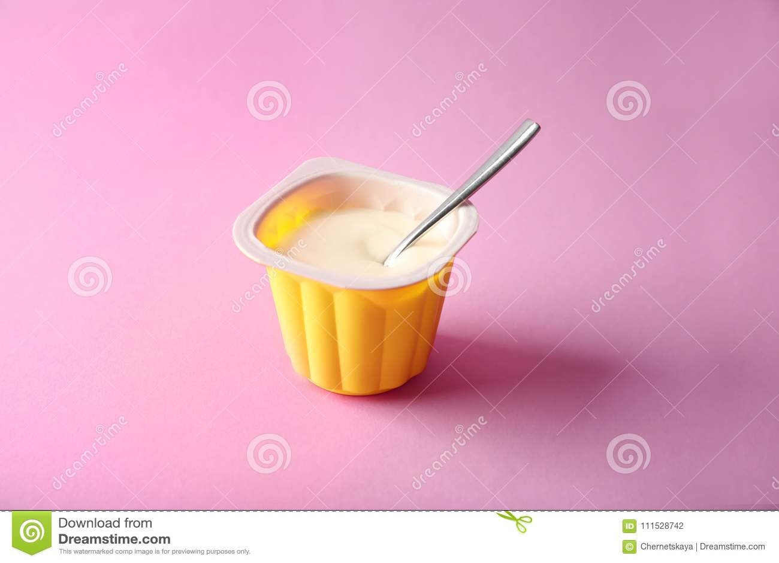 Taza plástica con el yogur delicioso