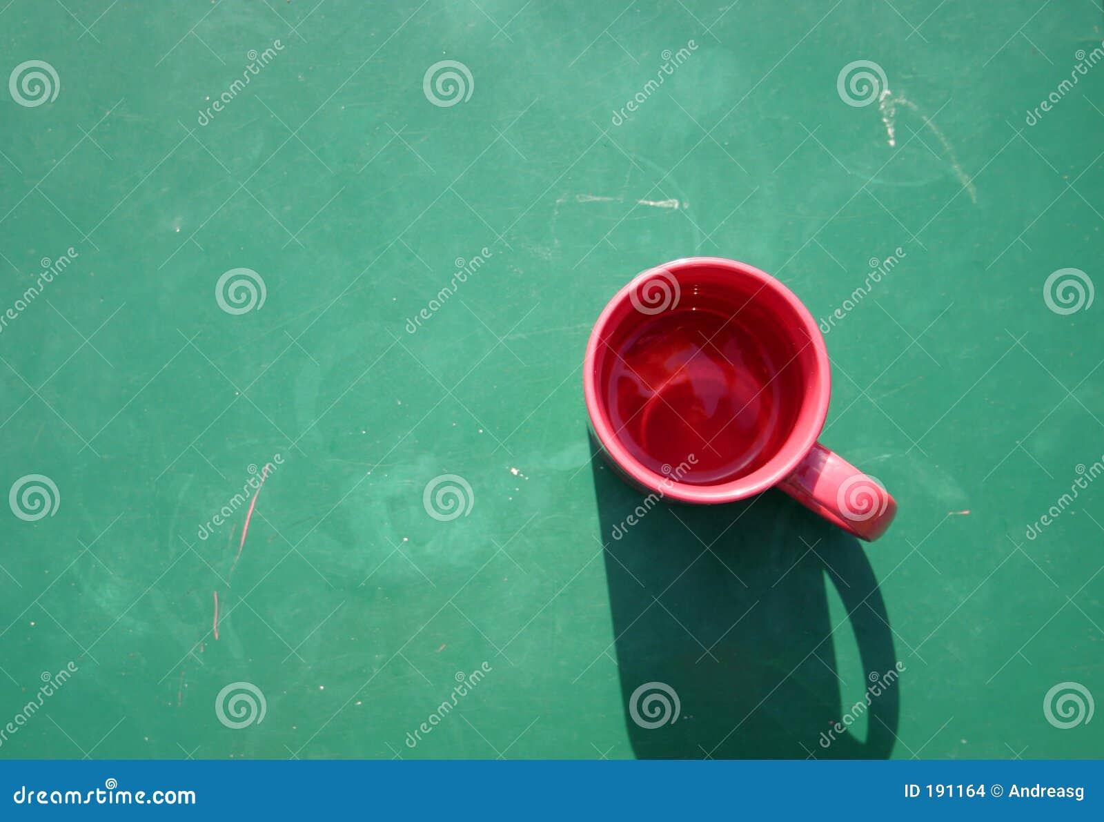 Taza roja en verde
