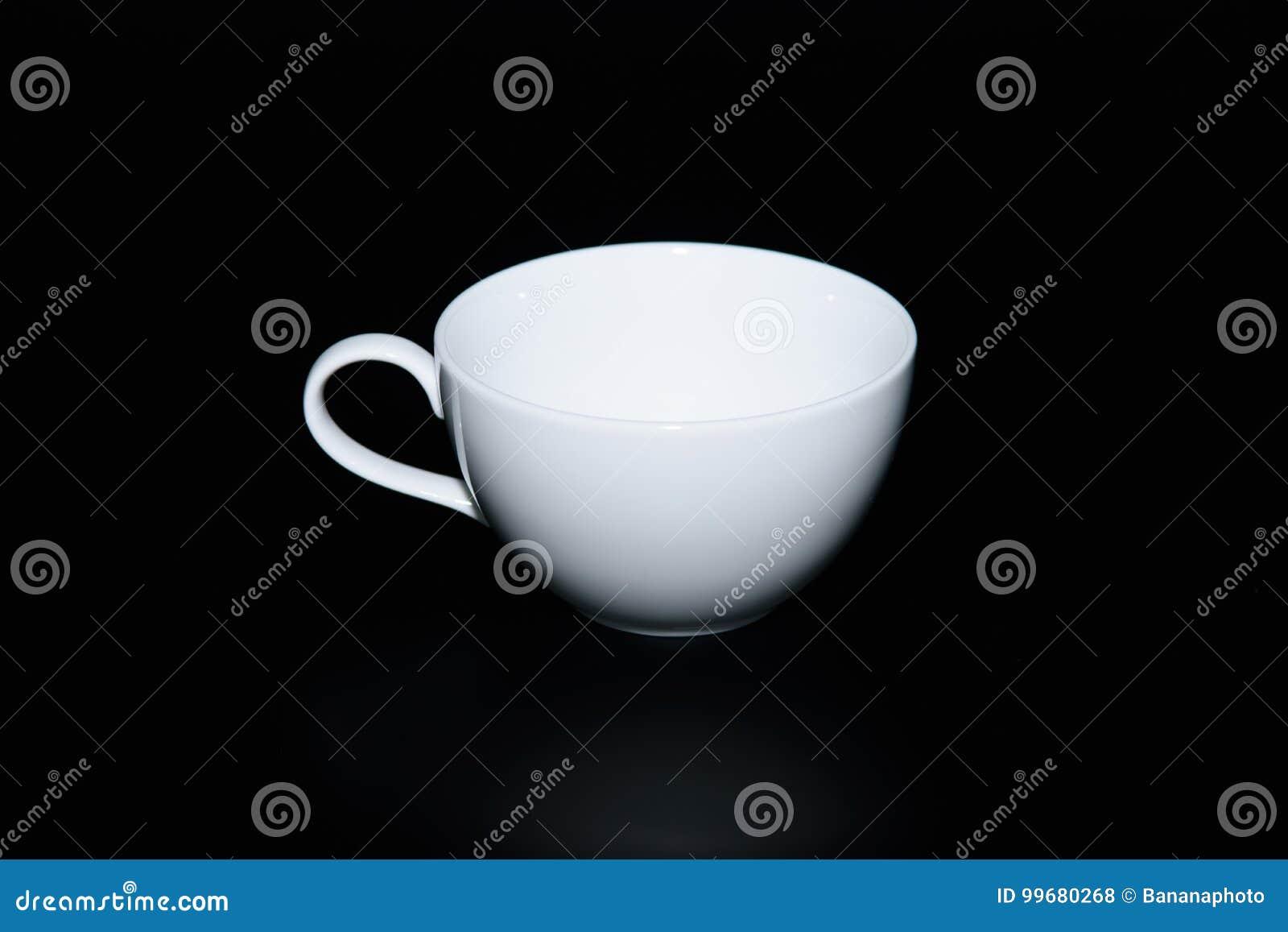 Taza vac a del caf con leche en fondo negro foto de for Capacidad taza cafe con leche