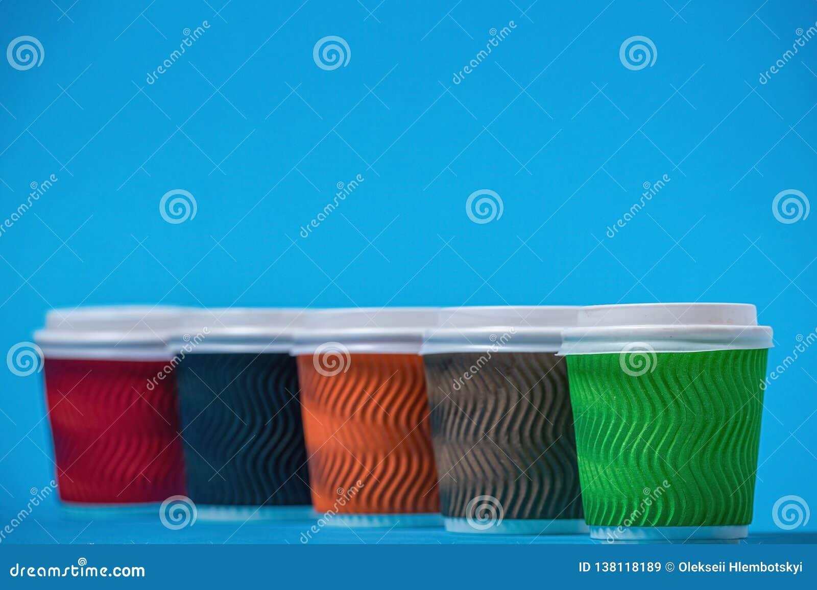 Tazas coloridas de la cartulina