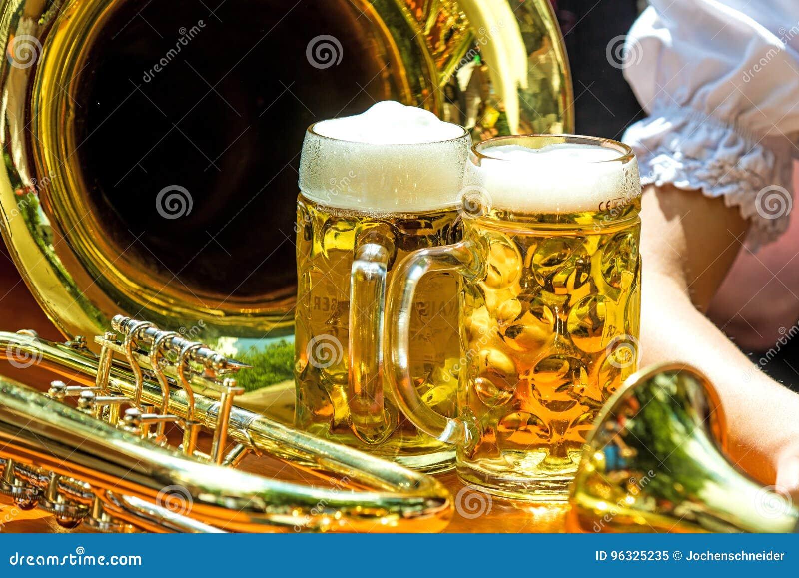 Tazas de cerveza con la trompeta