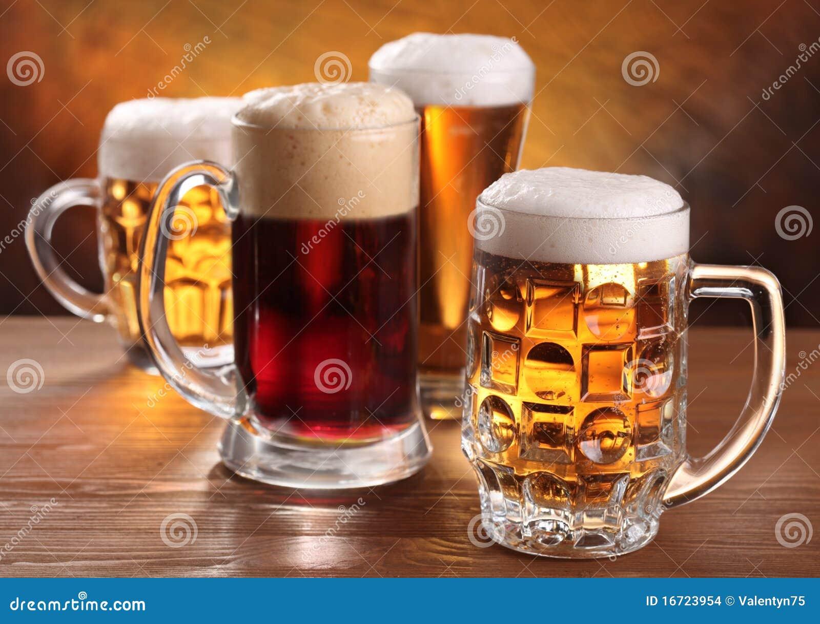 Tazas de cerveza frescas.