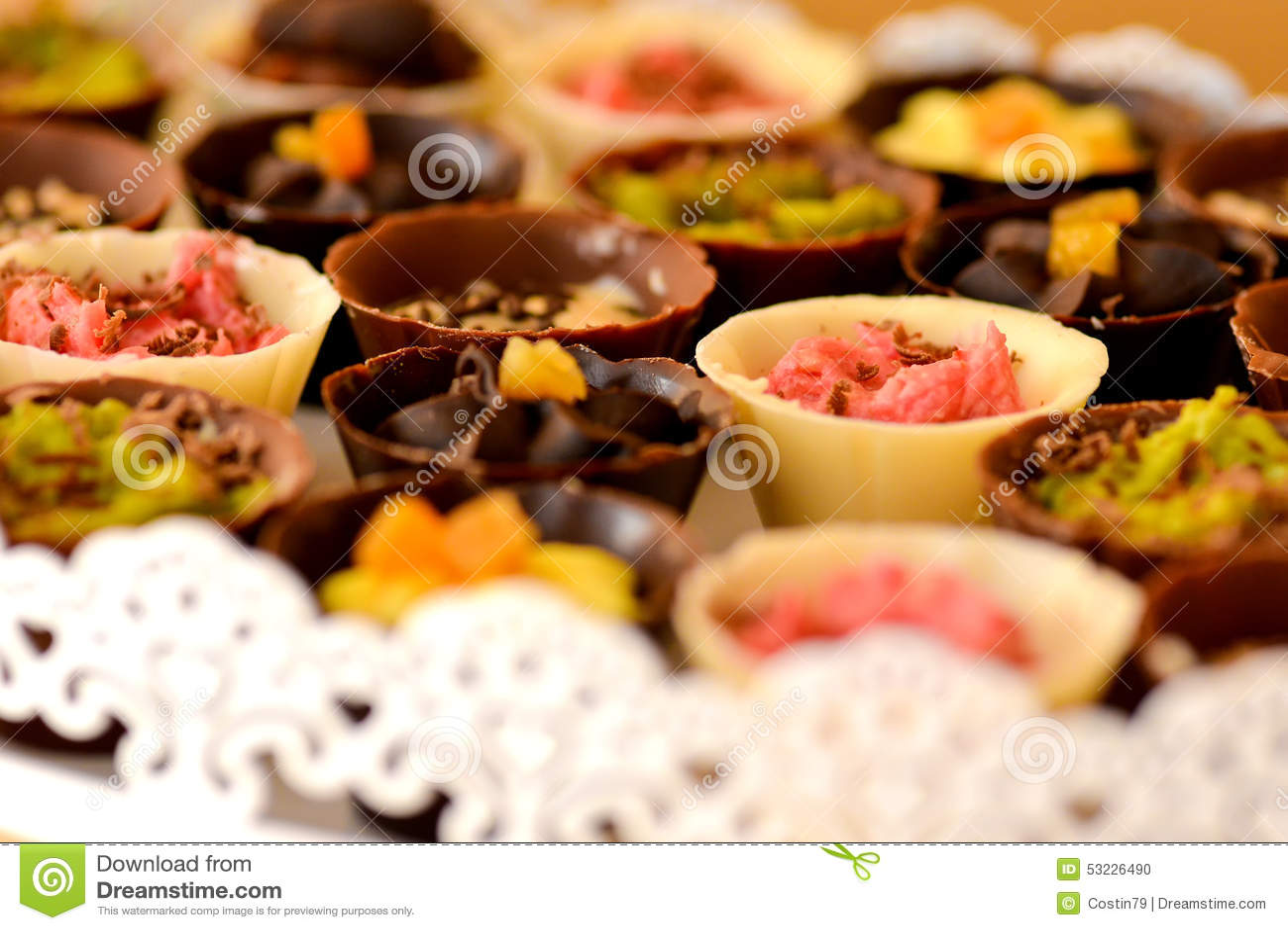 Tazas del chocolate llenadas de crema
