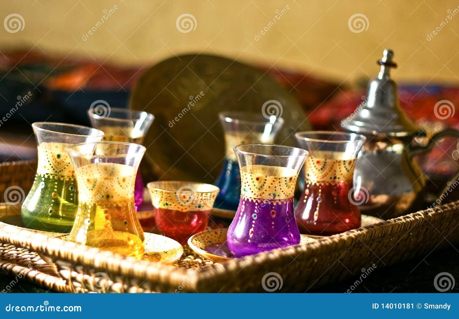 Tazas y placas árabes del conjunto de té