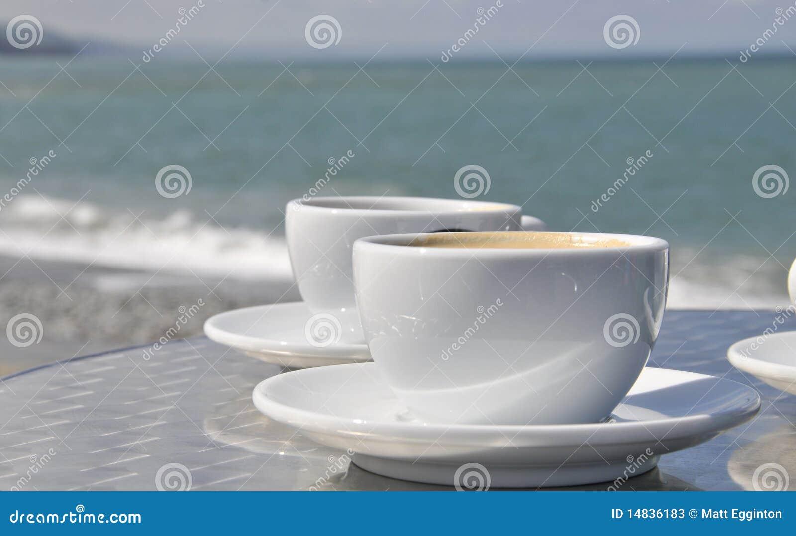 Tazas y playa de café