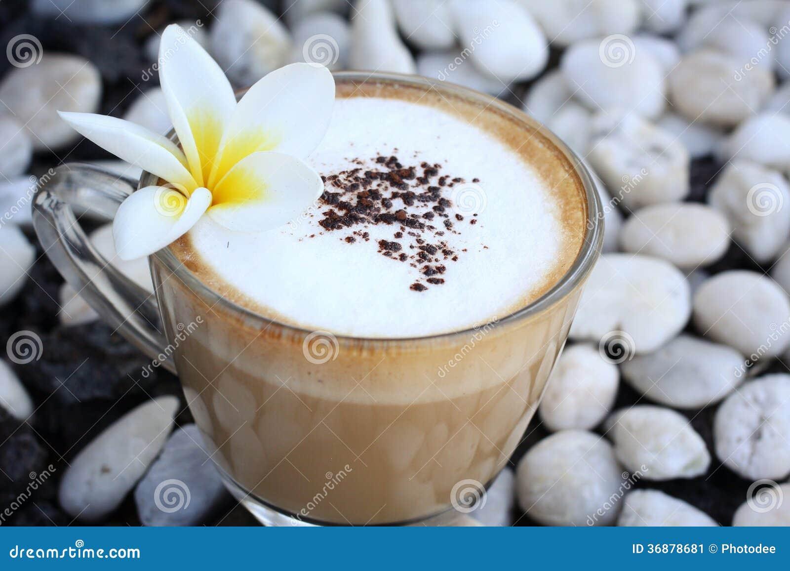 Download Tazza con cappuccino caldo immagine stock. Immagine di caffeina - 36878681