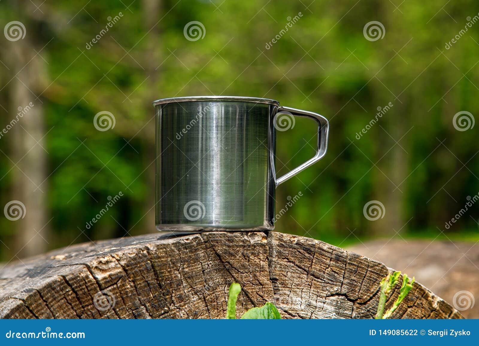 Tazza d acciaio turistica nella foresta di estate all aperto