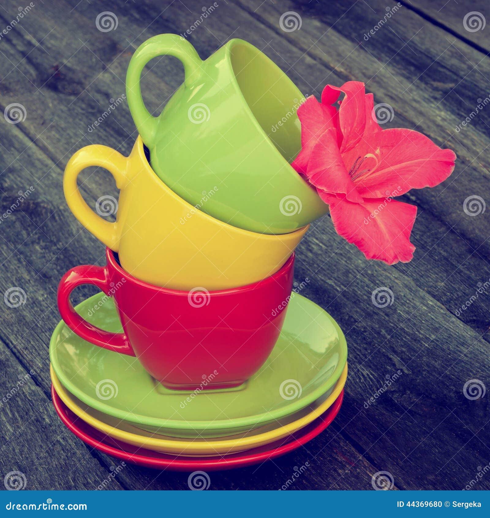 Tazza da the colorati su una tavola