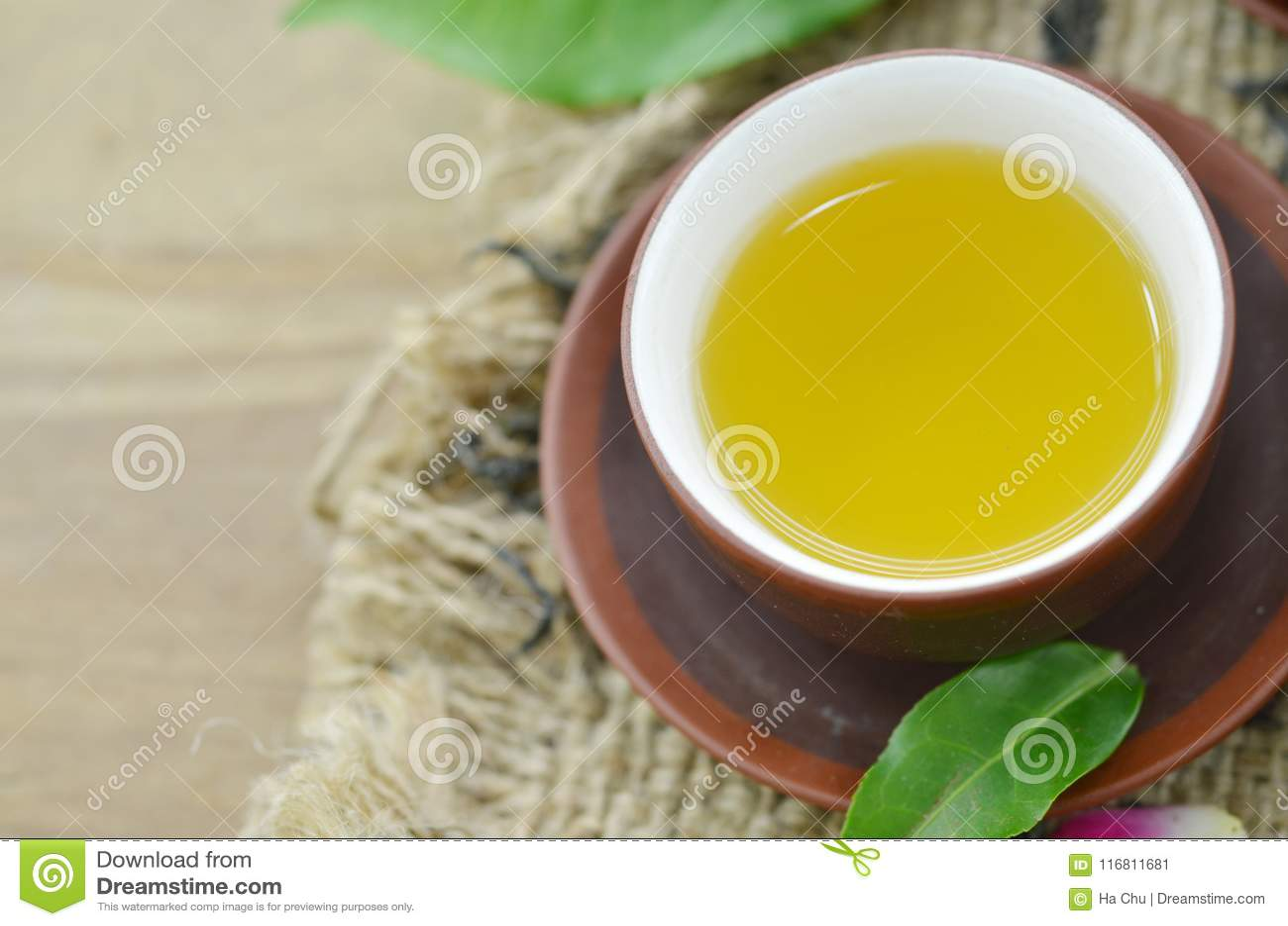 Tazza da the e tè verde fresco su di legno, deatail