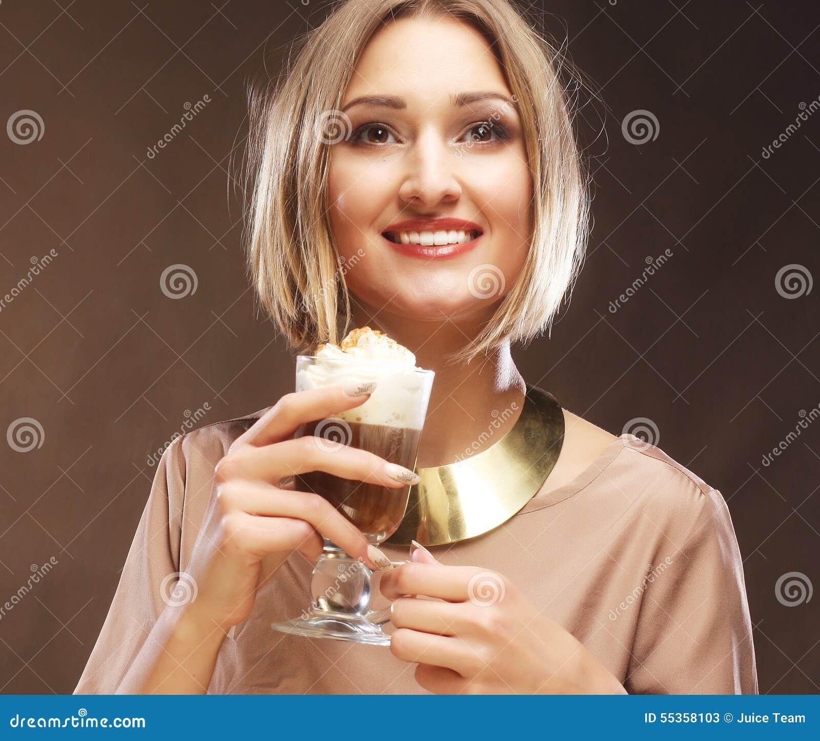Tazza del latte del caffè della tenuta della giovane donna