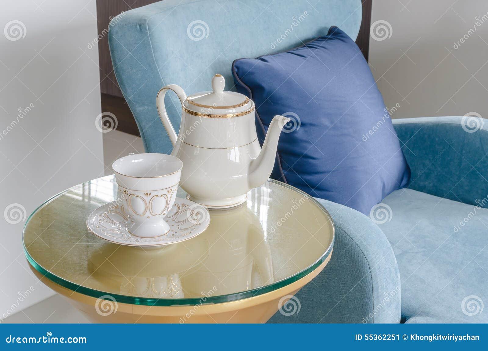 Tazza dell insieme di tè con la sedia classica del blu di stile