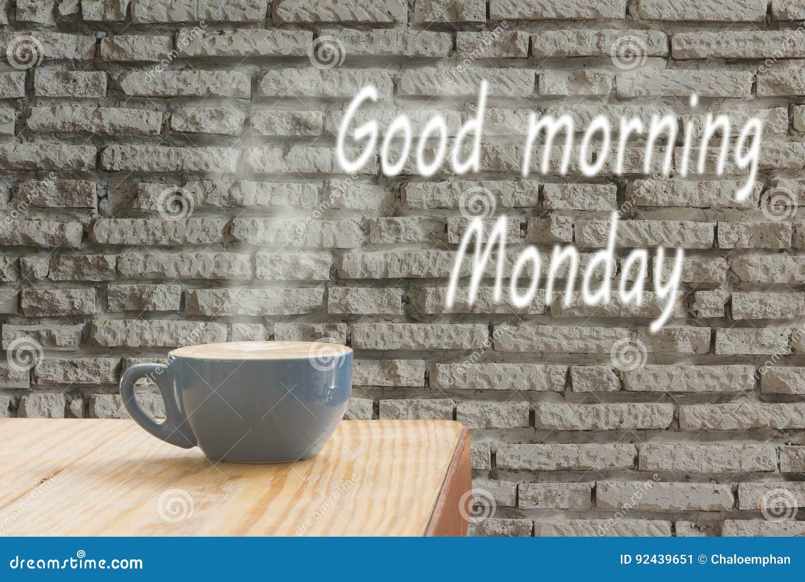 Tazza di caffè con la corrente del vapore contro il backgr bianco del muro di mattoni