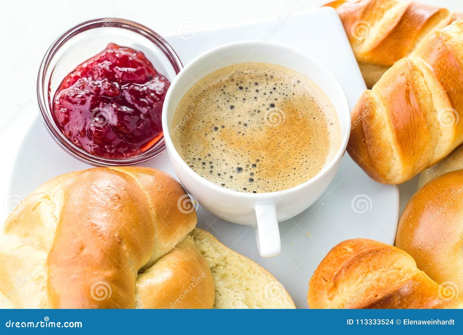 Tazza di caffè con le pasticcerie casalinghe su fondo bianco